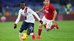 Musa Juwara en action lors de la rencontre de Série A opposant Bologne à l'AS Rome au Stadio Olimpico, le 7 février 2020. (FEDERICO PROIETTI / DPPI VIA AFP)