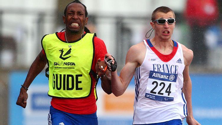 (Timothée Adolphe (droite) et son guide Cederic Felip (gauche) lors de la finale du 200 mètres T11 des Championnats d'Europe d'athlétisme IPC, à Swansea (Pays de Galles) en 2014 © Charlie Crowhurst/Getty Images)