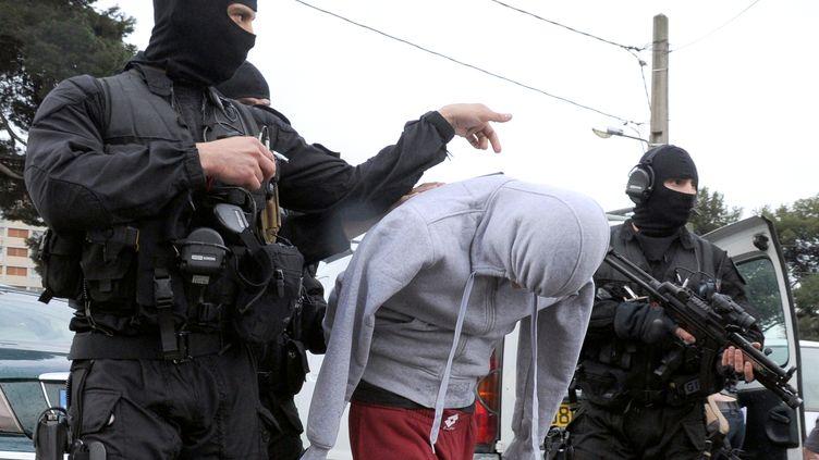 Arrestation d'un suspect à Marseille par le GIPN, le 4 avril. (GERARD JULIEN / AFP)