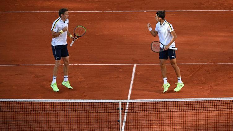 Nicolas Mahut et Pierre-Hugues Herbert lors de la finale du double masculin au tournoi de Roland-Garros, à Paris, le 12 juin 2021. (ANNE-CHRISTINE POUJOULAT / AFP)