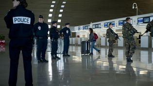 Des soldats et des policiers patrouillent à l'aéroport Charles-de-Gaulle de Roissy (Val-d'Oise), samedi 17 janvier 2015, dans le cadre du plan Vigipirate renforcé. (KENZO TRIBOUILLARD / AFP)