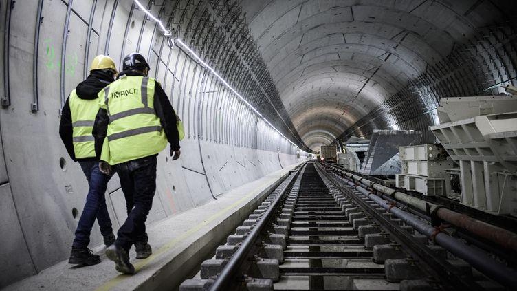 Illustration. Des ouvriers dans un tunnel de métro, à Paris. (PHILIPPE LOPEZ / AFP)