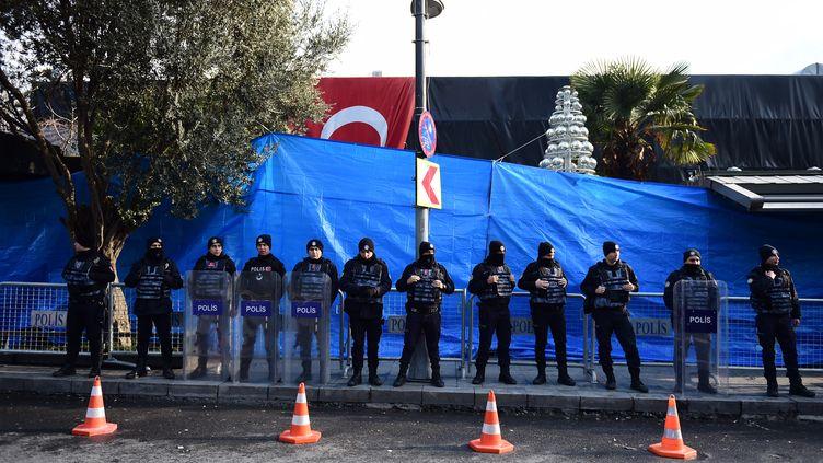 Des policiers turcs montent la garde devant la boîte de nuit Reina, endeuillée par un attentat pendant le réveillon du Nouvel An, le 1er janvier 2017 à Istanbul (Turquie). (YASIN AKGUL / AFP)