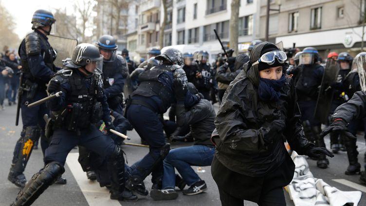 Des CRS interpellent un manifestant qui proteste contre la réforme du Code du travail, à Paris, le 5 avril 2016. (KENZO TRIBOUILLARD / AFP)