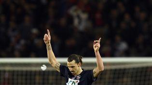 Zlatan Ibrahimovic célèbre son deuxième but contre Saint-Etienne, mercredi 8 avril 2015 en demi-finale de la Coupe de France, à Paris. (MARTIN BUREAU / AFP)