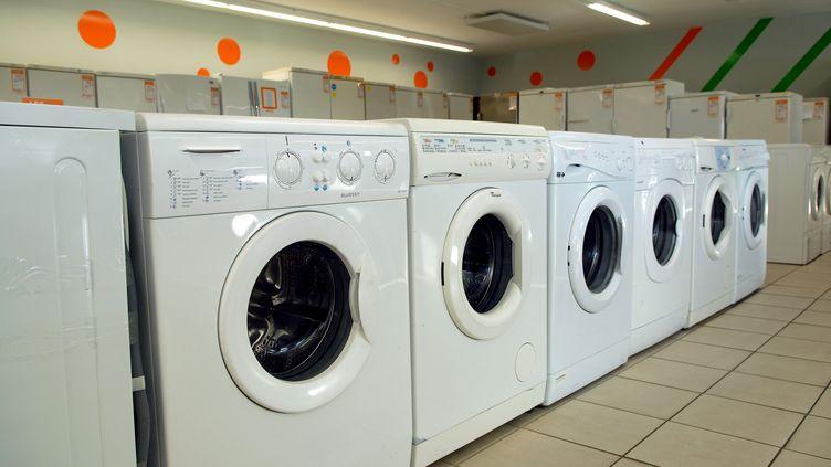 Des machines à laver dans un magasin d'électroménager. (illustration) (ALAIN LE BOT / PHOTONONSTOP)
