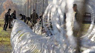 Les soldats slovènes érigent une clôture à la frontière croate à Gibina(Slovénie), le 11 novembre 2015. (ZELJKO HAJDINJAK / CROPIX / SIPA)