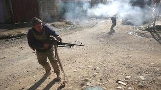 Des soldats des forces irakiennes participent à l'offensive de Mossoul, le 1er janvier 2017, dans les quartiers Est de la ville. (AHMAD AL-RUBAYE / AFP)