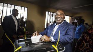 Le vote d'Ali Bongo Ondimba, au moment de l'élection présidentielle, le 27 août 2016. (MARCO LONGARI / AFP)