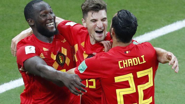 Romelu Lukaku, Thomas Meunier et Nacer Chadli (de gauche à droite) exultent aprèsle but qui a qualifié la Belgique au dépend du Japon, lundi 2 juillet 2018 à Rostov (Russie). (JACK GUEZ / AFP)