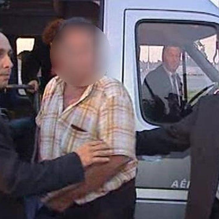 Entourant un otage qui vient d'être libéré au Yemen, le colonel Franck Chaix du GIGN (à gauche) et le commandant Christophe Caupenne du RAID (à droite). (CELLULE INTERMINISTERIELLE DE NEGOCIATION)