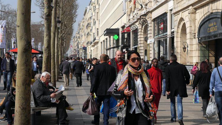 Le 13 mars 2014, l'air pollué à Paris pour les promeneurs des Champs Elysées (MUSTAFA YALCIN / ANADOLU AGENCY / AFP)