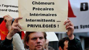 Un intermittent du spectacle manifeste lundi 2 juin 2014 contre la réforme du régime à la soirée des Molières  (CITIZENSIDE/YANN KORBI / citizenside.com)
