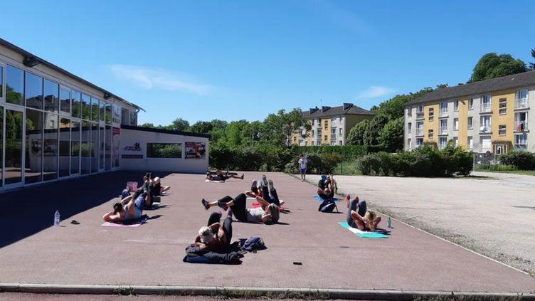 Le club 24H Training à Sens (Yonne)propose des cours collectifs en petits groupes et en extérieur. (DELPHINE MARTIN / RADIO FRANCE)