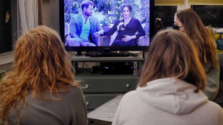 Des Américains regardent l'interview de Meghan et Harry, le 7 mars 2021, à Arlington (Virginie). (OLIVIER DOULIERY / AFP)