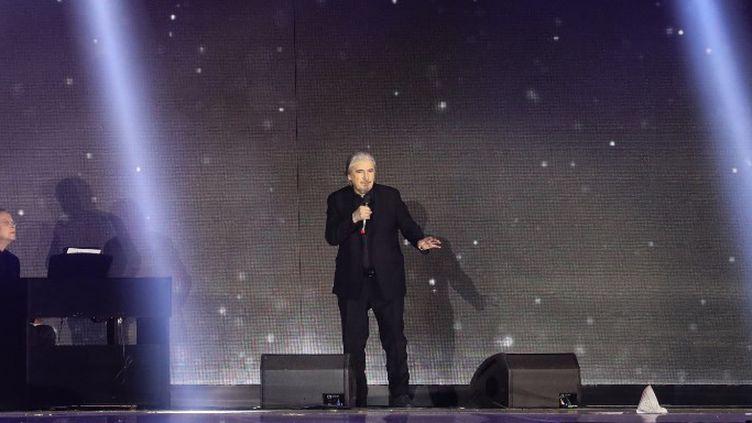 Serge Lama chante Aznavour au concert d'adieu au chanteur à Erevan (11/10/2018)  (LUDOVIC MARIN / AFP)