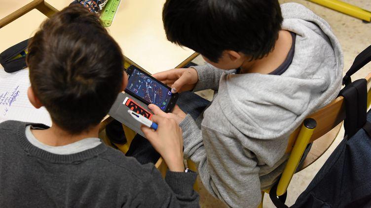 L'usage du téléphone portable en classe dans les collèges est désormais interdit. (JEAN MICHEL MART / MAXPPP)