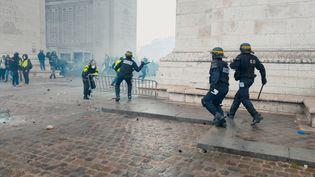 """Intervention des forces de l'ordre lors d'une manifestation des gilets jaunes à l'Arc de Triomphe à Paris. Une image extraite du documentaire """"Un pays qui se tient sage"""" de David Dufresne. (LE BUREAU - JOUR2FETE)"""