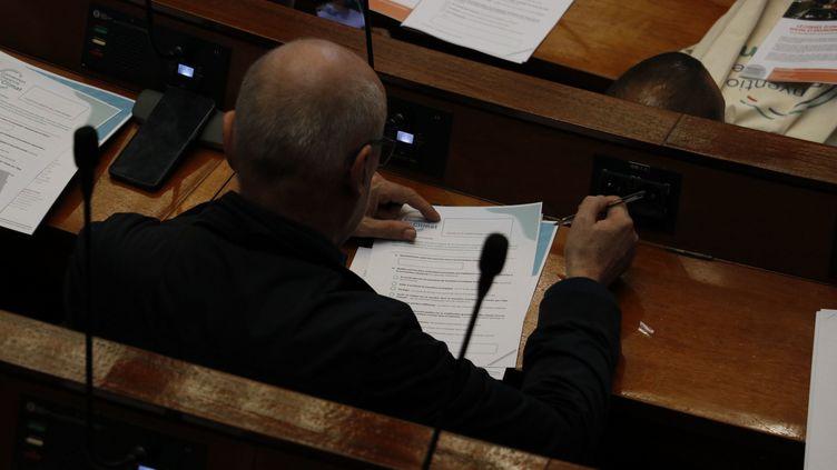 Un des citoyens tirés au sort pour participer à la convention nationale citoyenne sur le climat, à l'Assemblée nationale, le 4 octobre 2020. (TANGI JAILLET / MAXPPP)