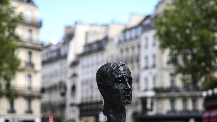 Sculpture de Charles Aznavour, inaugurée le 22 mai 2021 Carrefour de l'Odéon, à Paris (CHRISTOPHE ARCHAMBAULT / AFP)