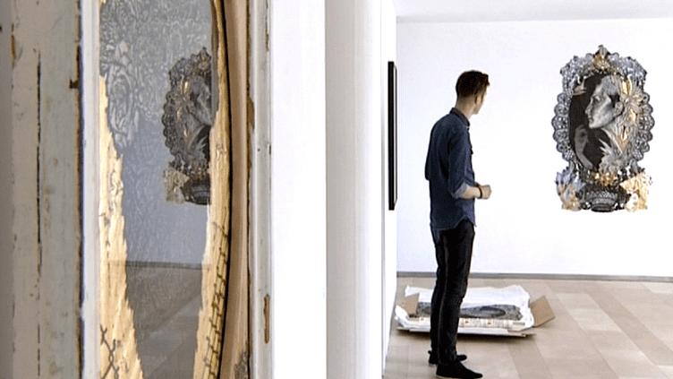 """Aurel Rubbish à la Speerstra Gallery pendant l'exposition """"Gratia Plena"""".  (Culturebox / capture d'écran)"""