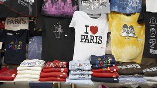 Des souvenirs de Paris sur un étal de la capitale. (JAN TOVE/JOHNER RF/GETTY IMAGES)