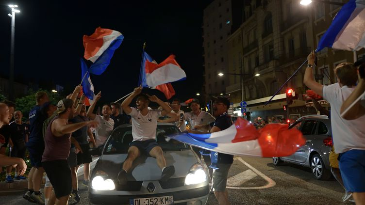 Des supporters fêtent la victoire de la France face à la Belgique en demi-finale de la Coupe du monde, le 10 juillet 2018, à Valence (Drôme). (CHRISTOPHE ESTASSY / CROWDSPARK / AFP)