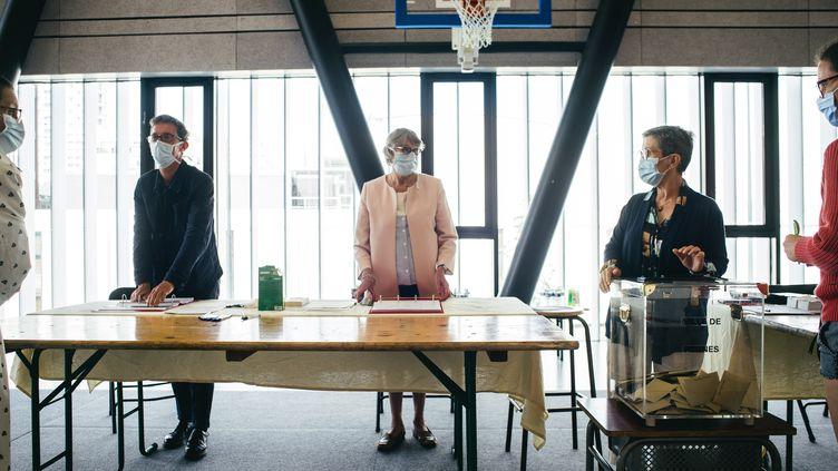 Un bureau de vote au second tour des municipales à Rennes (Ile-et-Vilaine), le 28 juin 2020. (VERNAULT QUENTIN / NURPHOTO)