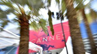 L'affiche de la 70e édition du festival de Cannes représentant Claudia Cardinale dansant sur les toits de Rome.  (LOIC VENANCE / AFP)