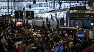 Des voyageurs à la gare de Lyon, à Paris, le 20 décembre 2019. (PHILIPPE LOPEZ / AFP)