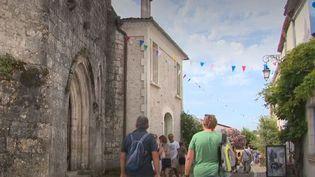 Un village de Charente-Maritime fait de la résistance. En pleine crise du tourisme, une petite commune près de Royan a vu sa fréquentation progresser: 15% de plus en juillet et un mois d'août qui s'annonce très prometteur. Comment expliquer ce succès? (FRANCE 3)