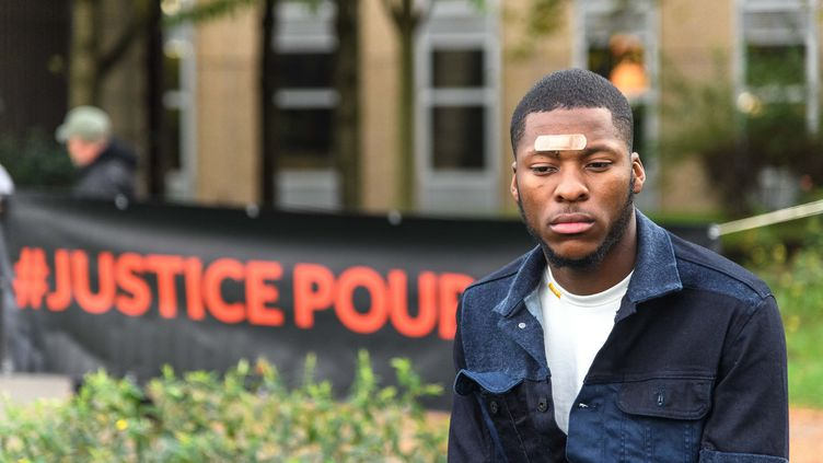 Théo Luhaka lors d'une manifestation contre les violences policières à Bobigny (Seine-Saint-Denis), le 28 octobre 2017. (JULIEN MATTIA / NURPHOTO / AFP)