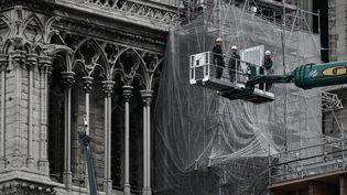 Le démontage de l'échafaudage de la flèche de Notre-Dame de Paris a commencé lundi 8 juin, sous l'oeil médusé des passants. (PHILIPPE LOPEZ / AFP)