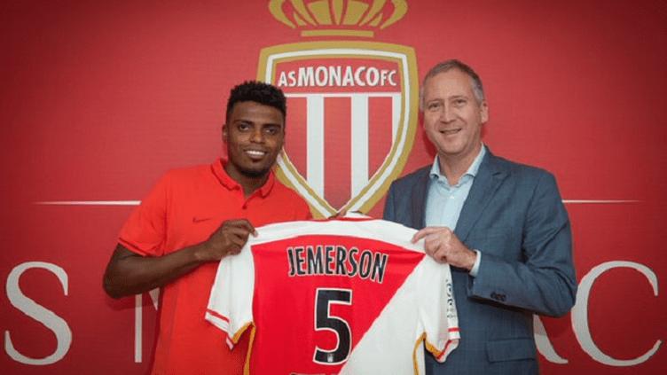Le nouveau défenseur central de l'AS Monaco, Jemerson, avec le vice-président Vadim Vasilyev.