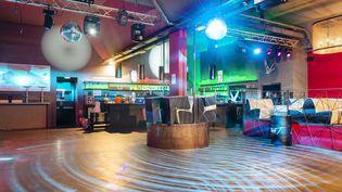 La piste de danse du Room Club de Poitiers vide (ici le 26 janvier 2021), attend la réouverture officielle des discothèques. (JEAN-FRANCOIS FORT / HANS LUCAS)