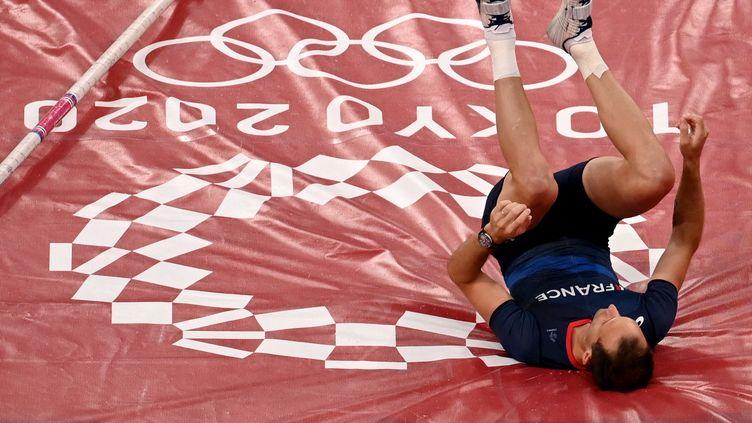 Renaud Lavillenie n'a pas pu défendre ses chances aux Jeux olympiques de Tokyo, blessé de nouveau à une cheville avant la finale de la perche, le 3 août. (INA FASSBENDER / AFP)