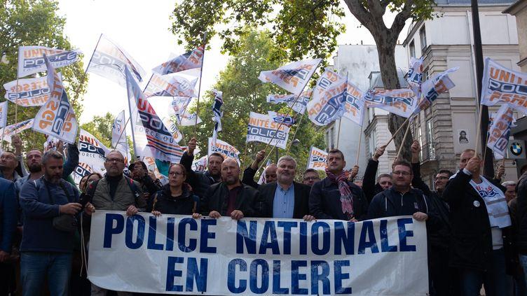 """Lors de la""""marche de la colère"""" des policiers, tous habillés en civil, de la place de la République à la place de la Bastille, à Paris, mercredi 2 octobre. (VIKTOR POISSON / HANS LUCAS)"""