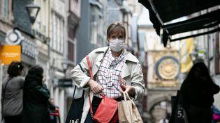 Une femme porte un masque dans une rue de Rouen, le 26 septembre 2019. (LOU BENOIST / AFP)