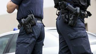 Des policiers au commissariat de Saint-Denis, lors d'une visite du ministre de l'Intérieur, le 2 juin 2014. (MAXPPP)