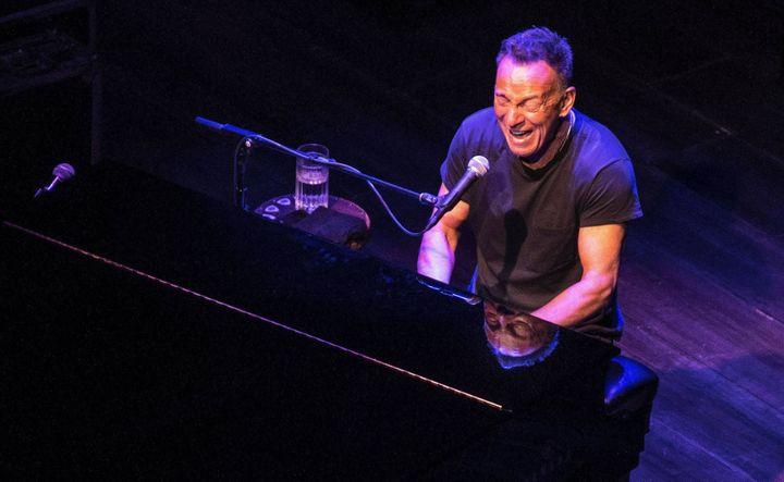 "Le ""Boss"" se met régulièrement au piano dans ""Springsteen on Broadway"".  (Debra L Rothenberg/REX/Shutterstock /Sipa)"