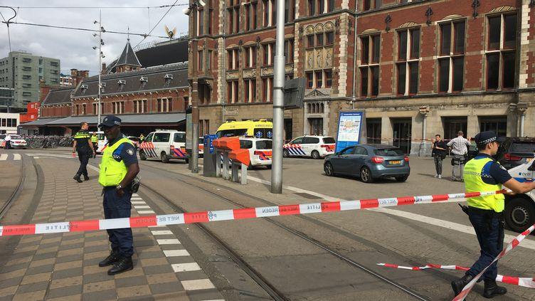 Des policiers à Amsterdam (Pays-Bas), après l'attaque au couteau du 1er septembre. (GERMAIN MOYON / AFP)