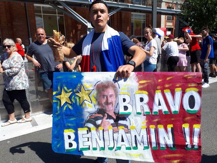 Les habitants de Jeumont accueillent Benjamin Pavard. (CÉCILIA ARBONA / RADIO FRANCE)