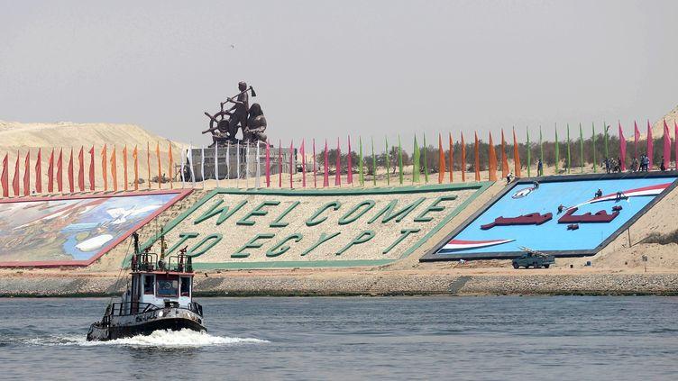 Un navire militaire égyptien navigue sur la nouvelle voie du canal de Suez (Egypte), le 4 août 2015. (STRINGER / ANADOLU AGENCY / AFP)