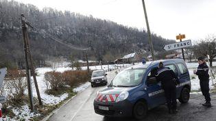 Des gendarmes bloquent une route menant à la scène de crime où ont été retrouvé des ossements appartenant à la petite Maëlys, le 14 février 2018 près de Saint-Franc (Savoie). (MAXPPP)