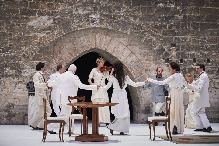 """Tous les comédiens de la pièce """"Architecture"""" de Pascal Rambert forment une ronde. Festival d'Avignon, le 4 juillet (CHRISTOPHE RAYNAUD DE LAGE / FESTIVAL D'AVIGNON)"""