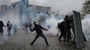 Des affrontements violents entre manifestants et policiers ont eu lieu, samedi 16 novembre 2019, place d'Italie, à Paris. (BRUNO COUTIER / AFP)