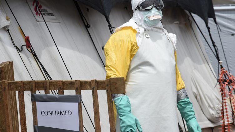 Un membre d'une équipe médicale à l'entrée d'un centre de soins pour Ebola, le 27 septembre 2014 à Monrovia au Liberia. (PASCAL GUYOT / AFP)