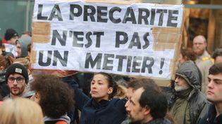 Une étudiante brandit unebanderole lors d'une manifestation contre la loi Travail, le 31 mars 2016 à Bordeaux. (NICOLAS TUCAT / AFP)