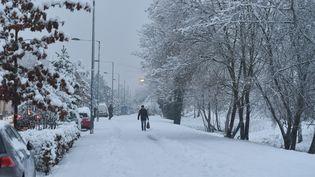Un habitant marche dans la neige à Lille (Nord), le 30 janvier 2019 après le passage de la tempête Gabriel. (MAXPPP)