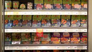 Des produits végétariens et végans dans un rayon réfrigéré de magasin alimentaire, àOsnabrück, en Allemagne. (FRISO GENTSCH / DPA / AFP)
